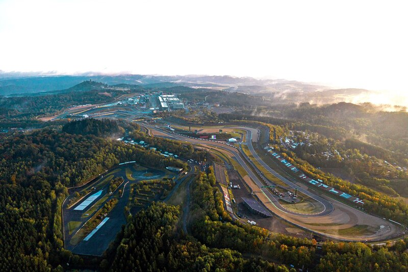 Tras la lluvia y la niebla de ayer, así se ha levantado esta mañana el histórico trazado de Nürburgring (@ScuderiaFerrari)