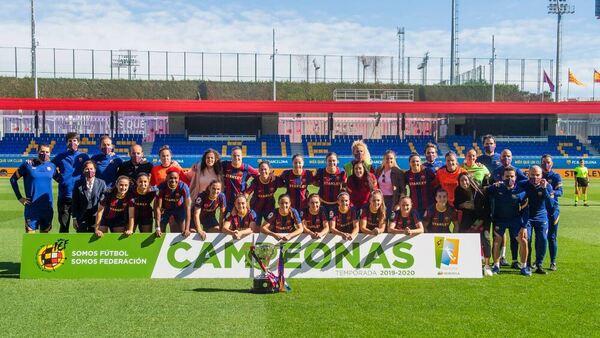 Antes del inicio del partido, las jugadoras del Barça han recibido el título que las acredita como campeonas de la Primera Iberdrola de la temporada 2019-20 FOTO: FCB
