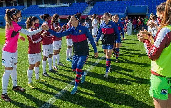 Las jugadoras del EDF Logroño hacen el pasillo de campeonas a las jugadoras del Barça antes del partido FOTO: FCB