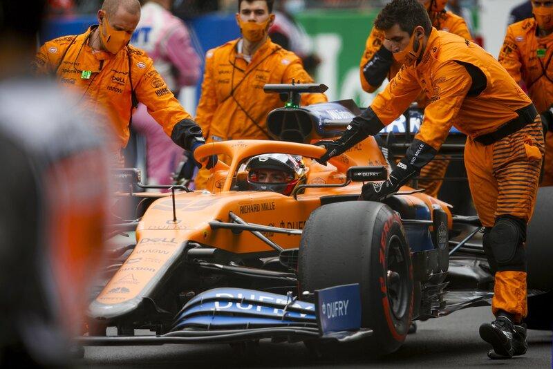 Carlos Sainz ya está en la parrilla. El español parte hoy séptimo. (@McLarenF1)