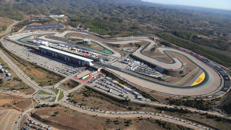Así luce hoy el trazado del Autódromo de Algarve. Las condiciones pueden ser algo adversa, ya que sopla mucho viento y una pequeña posibilidad de que tengamos lluvia. (@F1)