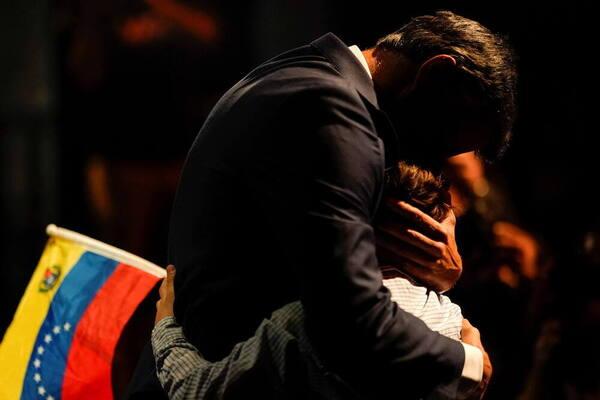 Leopoldo López abraza a uno de sus hijos antes de comparecer ante la prensa.  Foto de Reuters