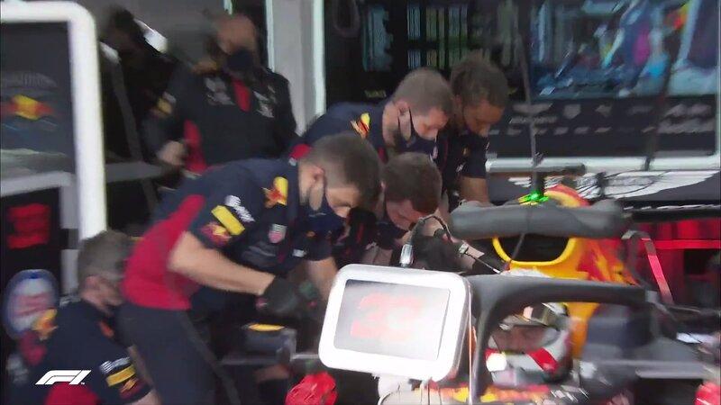 Trabajan a contrarreloj los mecánicos de Red Bull con el coche de Verstappen.
