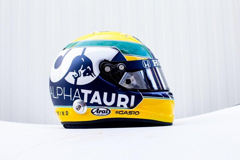 Pierre Gasly usa este fin de semana un casco tributo a Ayrton Senna, que perdió la vida en Imola en 1994. Precioso gesto del francés. (@AlphaTauriF1)