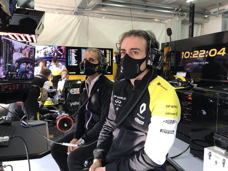 Alonso, en el garaje de Renault junto a Alain Prost. (@RenaultF1Team)
