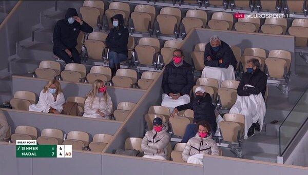 Noche fría en París. La familia y equipo de Nadal, con mantas FOTO: VIDEOTAPE