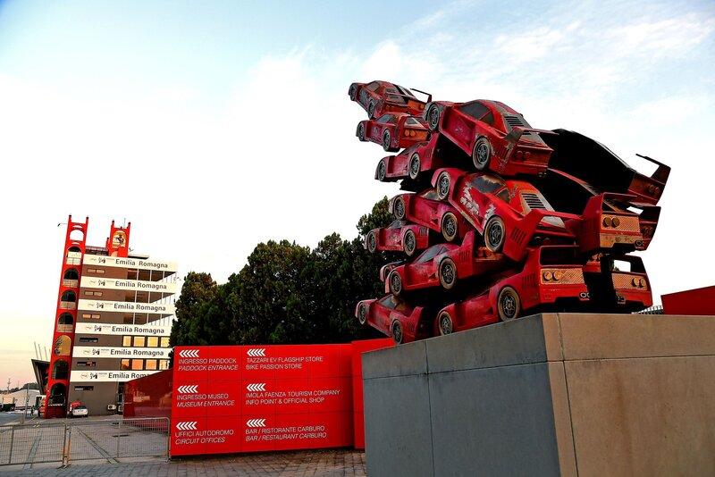 Tras las carreras de Monza y Mugello, la de hoy es la tercera carrera que la F1 celebra en Italia este año. Una tercera cita en casa para Ferrari, quizás en la temporada menos indicada. La de hoy también es una carrera en casa para el equipo AlphaTauri, que tiene su fábrica de Faenza a pocos kilómetros de Imola. (@ScuderiaFerrari)