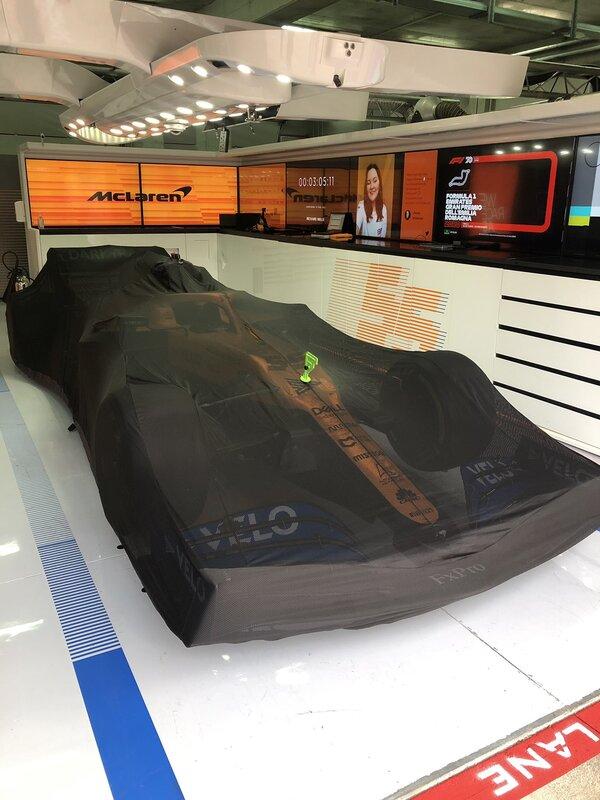 Así descansaba esta mañana en el garaje el McLaren de Carlos Sainz. (@McLarenF1)