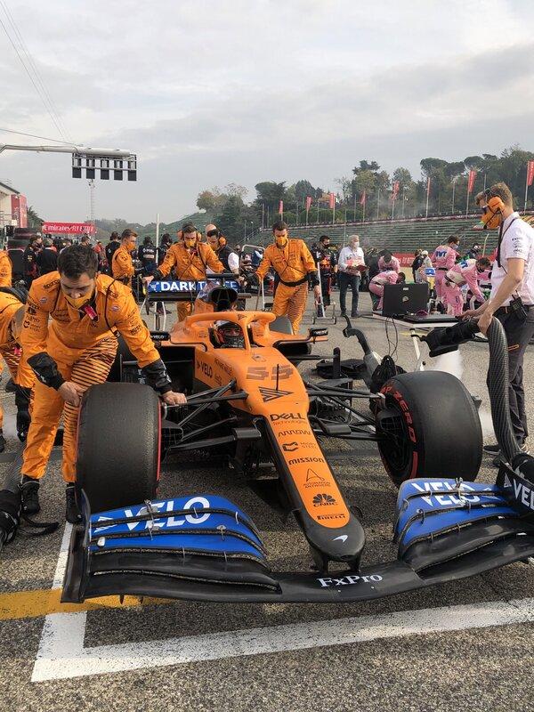 Carlos Sainz ya está listo en la parrilla. El madrileño sale hoy décimo, después de una qualy donde tuvo problemas gestionando los neumáticos. Su compañero Norris sale noveno. (@McLarenF1)