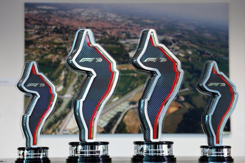 Los preciosos trofeos que se llevarán hoy los vencedores en Imola. (@F1)