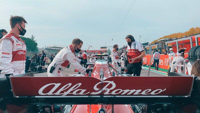 Las preparaciones del equipo Alfa Romeo en la parrilla de salida de Imola. (@AlfaRomeoRacing)