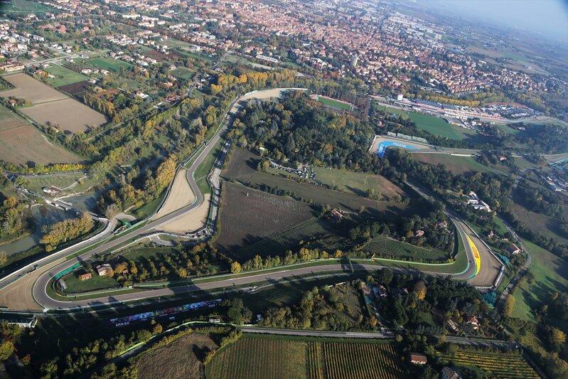 Así se ha levantado hoy el precioso circuito de Imola. Un trazado precioso, de la vieja escuela, y que está situado en un entorno de ensueño. (@F1)