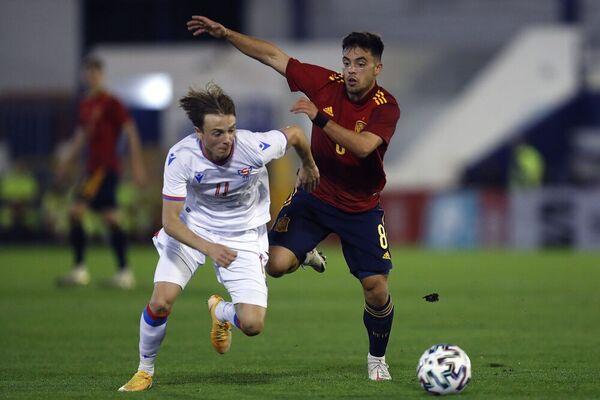 El centrocampista de la selección española Fran Beltrán disputa un balón ante Lukas Grenaa Giessing, centrocampista de Islas Feroe.