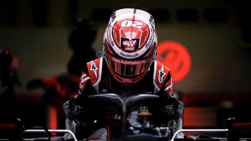 ¡Pilotos, a sus monoplazas! Magnussen ya está dentro de su coche. (@HaasF1Team)