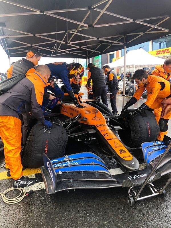 Todo listo en la parrilla. Carlos Sainz ya está en su monoplaza. (@McLarenF1)