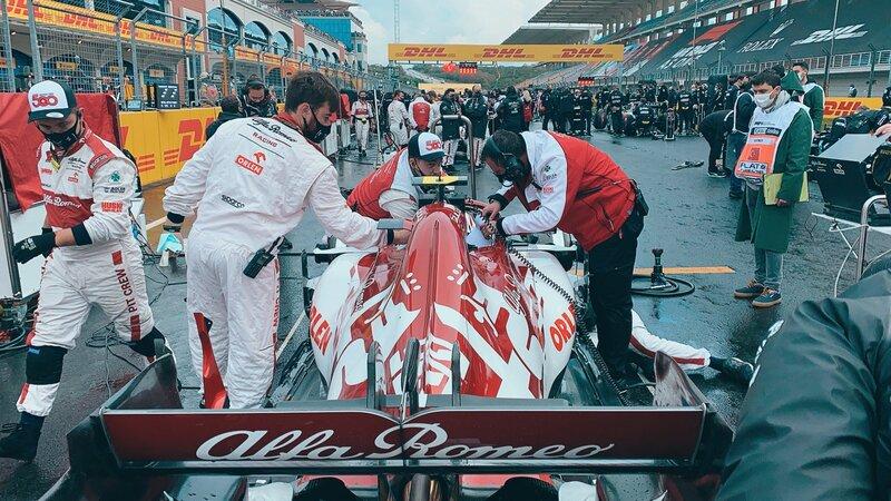 Los mecánicos de Alfa Romeo han hecho la faena: el coche de Giovinazzi ya está listo. (@AlfaRomeoRacing)