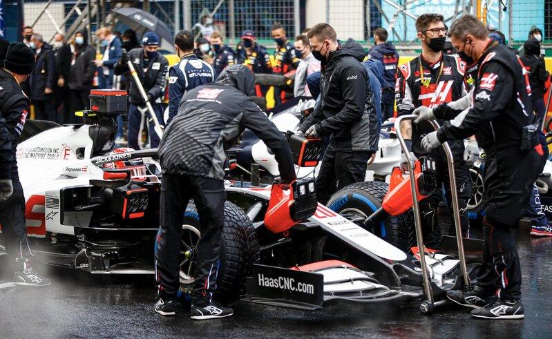 El Haas de Magnussen tambien está preparado para tomar la salida. 15 minutos y esto empieza. (@HaasF1Team)