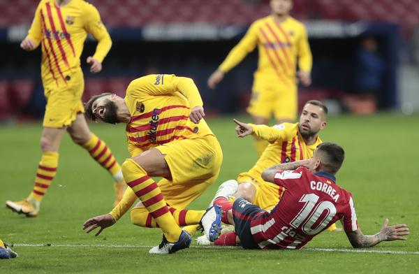 Piqué, en el momento de lesionarse tras topar con Correa FOTO: AP