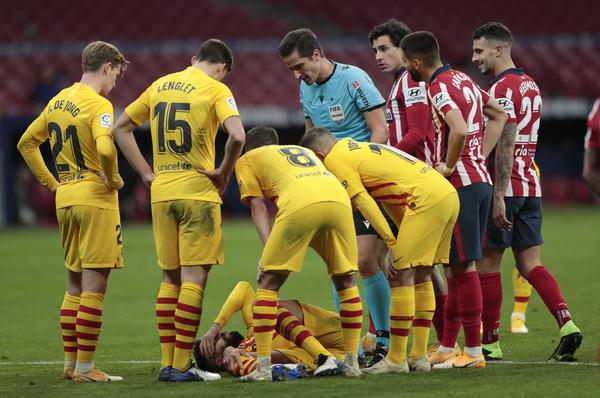 Piqué, lesionado sobre el césped del Wanda, tras una acción fortuita y desafortunada con Correa FOTO: AP