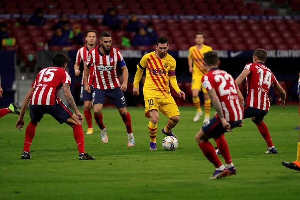 Messi, rodeado de jugadores del Atlético de Madrid FOTO: EFE