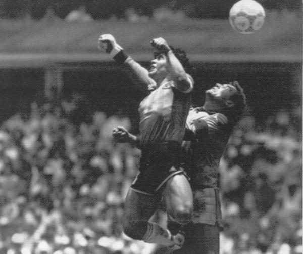 GUDS HÅND: Maradona scoret det ikoniske målet i duell med Shilton.