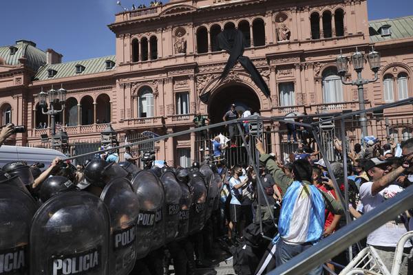 Tensión en Casa Rosada. Algunos aficionados saltan la reja y la policía tiene que intervenir.