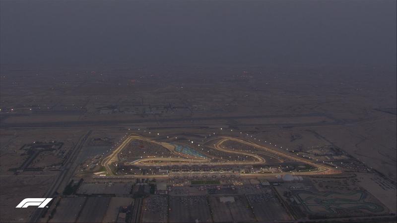 Y en medio del desierto, deslumbra el Bahrain International Circuit. (@F1)