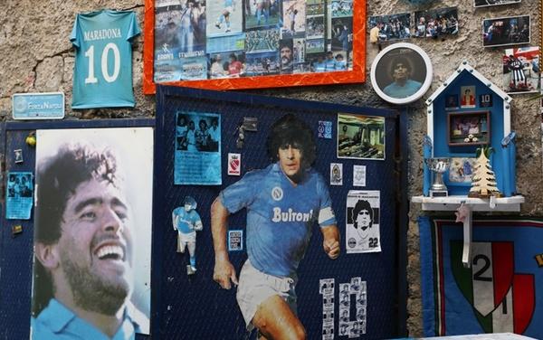 Sono centinaia, in questa lunga notte di attesa per l'operazione alla testa di Maradona, anche i messaggi d'amore sui social dei tifosi del Napoli, dove, ancora oggi, è venerato come un santo (Getty Images)