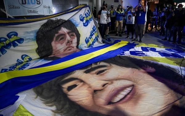 """La frangia dei tifosi più """"calienti"""" ha fatto partire anche dei cori per Diego, all'esterno della Clinica Olivos (Getty Images)"""