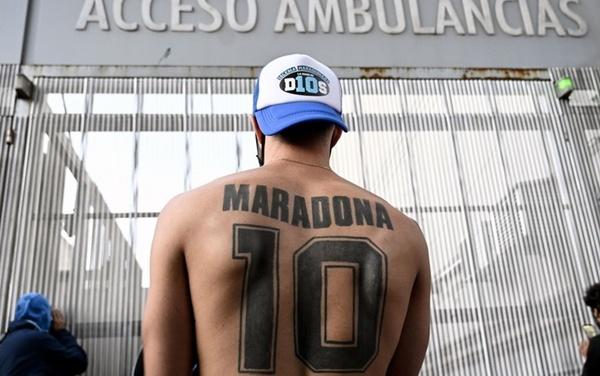 """Un tifoso di Diego all'esterno della Clinica Olivos, con il """"10"""" tatuato sulle spalle (Getty Images)"""