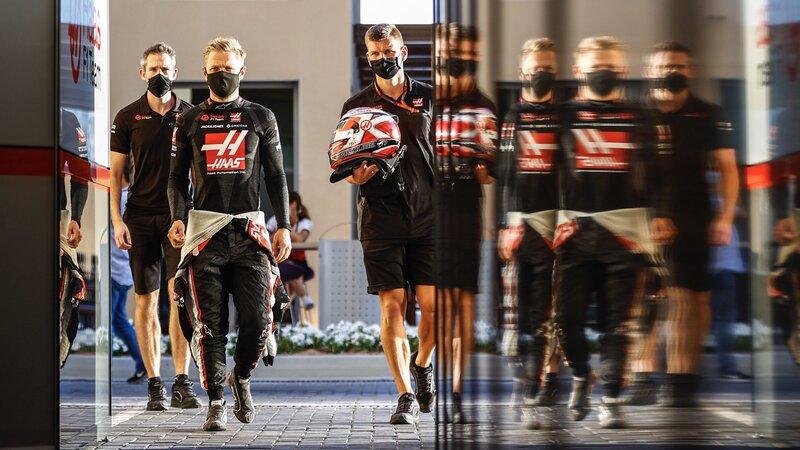 Kevin Magnussen se prepara para el último baile con su Haas. El danés no cuenta en los planes del equipo americano para el año que viene, y este GP podría ser el último de Magnussen en la Fórmula 1. Quién sabe lo que le depare el futuro... Le acompaña hoy Pietro Fittipaldi, que vuelve a suplir a Romain Grosjean. (@HaasF1Team)