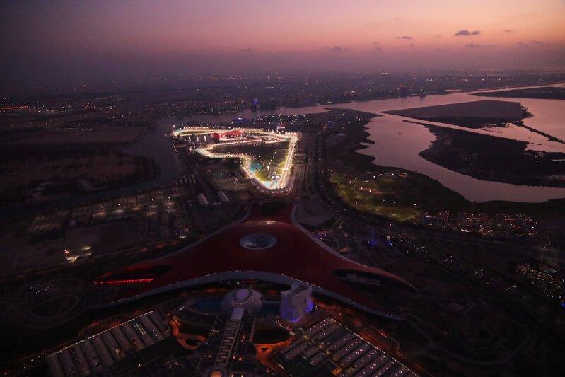 Yas Marina, desde el aire. Baja el sol en Abu Dhabi y se encienden las luces. Un escenario de lujo para cerrar la temporada 2020. (@F1)