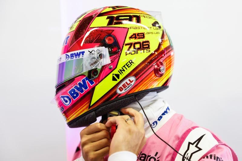 El casco especial de Checo Pérez, que celebra su último Gran Premio en Racing Point. En él, se pueden leer los números de Checo en la F1 hasta ahora. (@SChecoPerez)