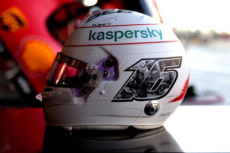 El casco de Charles Leclerc, donde agradece los dos últimos años al lado de Vettel. En la parte superior se puede leer la inscripción 'Danke Seb'. (@ScuderiaFerrari)