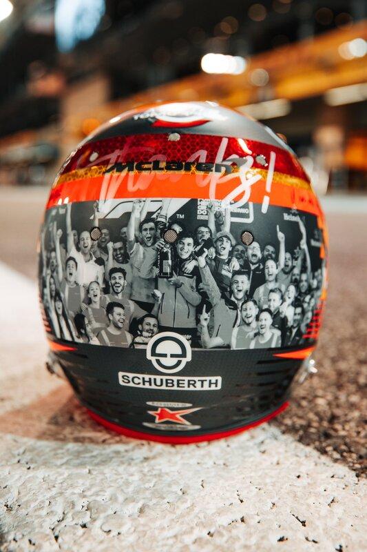 Otro que luce un casco especial hoy es Carlos Sainz, que agradece al equipo McLaren los últimos dos años. En la parte posterior, la imagen del primer podio de Sainz, en el GP de Brasil de 2019. (@CarlosSainz55)
