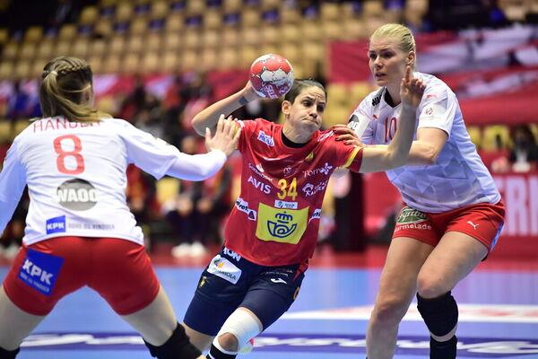 Alicia Fernández intenta superar la defensa danesa