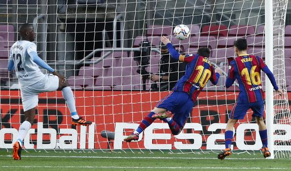 Gol de Messi para poner el 1-1 en el marcador justo antes del descanso FOTO: AP
