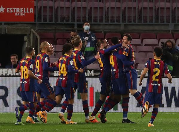 Araujo, felicitado por Messi y el resto de sus compañeros tras marcar el 2-1 FOTO: PEP MORATA