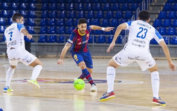 Adolfo, entre Quintela y Javi Rodríguez FOTO: FCB