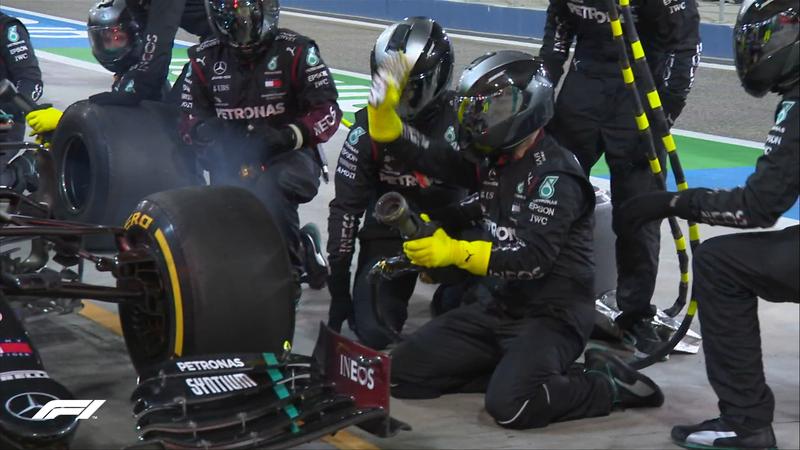El momento del lío en Mercedes. A Russell le han puesto gomas usadas y nuevas en un mismo set.