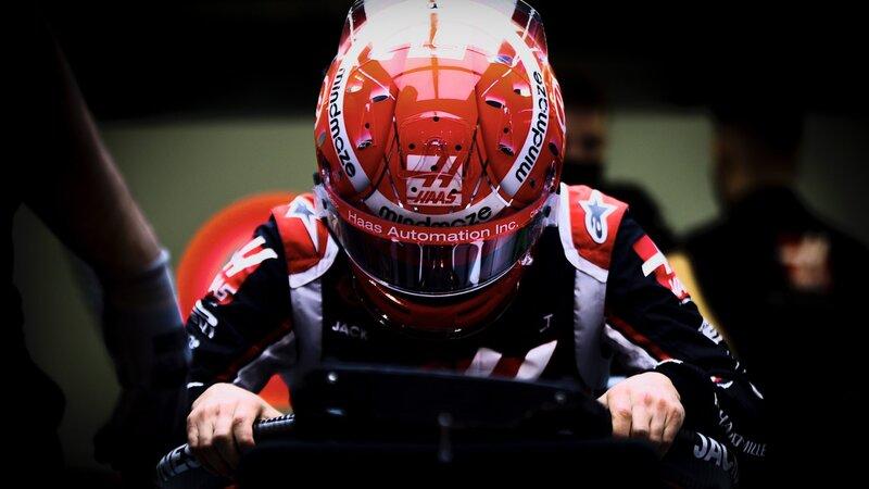Se sube al monoplaza de Haas el brasileño Pietro Fittipaldi, que este fin de semana debuta en la Fórmula 1 supliendo a Romain Grosjean, que tiene lesiones derivadas del terrible accidente del GP de Bahrein. El brasileño es el cuarto miembro de su familia que llega a la Fórmula 1, y después de tres años desde que se retiró Felipe Massa, volvemos a tener un brasileño en la parrilla. (@HaasF1Team)