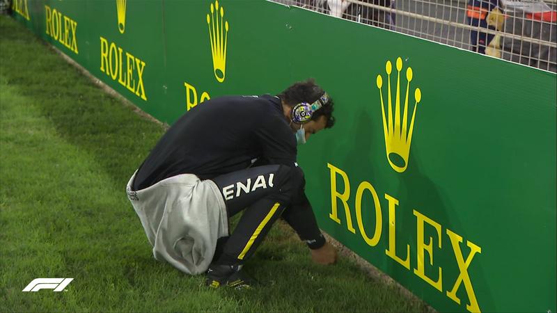 Últimos ejercicios de estiramientos para Daniel Ricciardo. Ya tenemos a varios pilotos dentro de sus monoplazas. El GP de Sakhir arranca en 8 minutos.