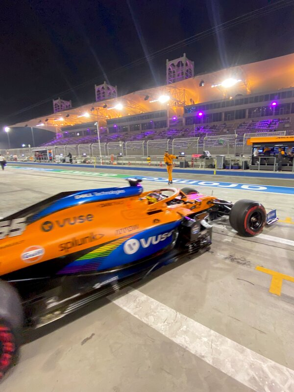 ¡Hacia la parrilla! Carlos Sainz sale del box de McLaren hacia la parrilla de salida por penúltima vez. El año que viene lo hará desde el garaje de Ferrari. (@McLarenF1)