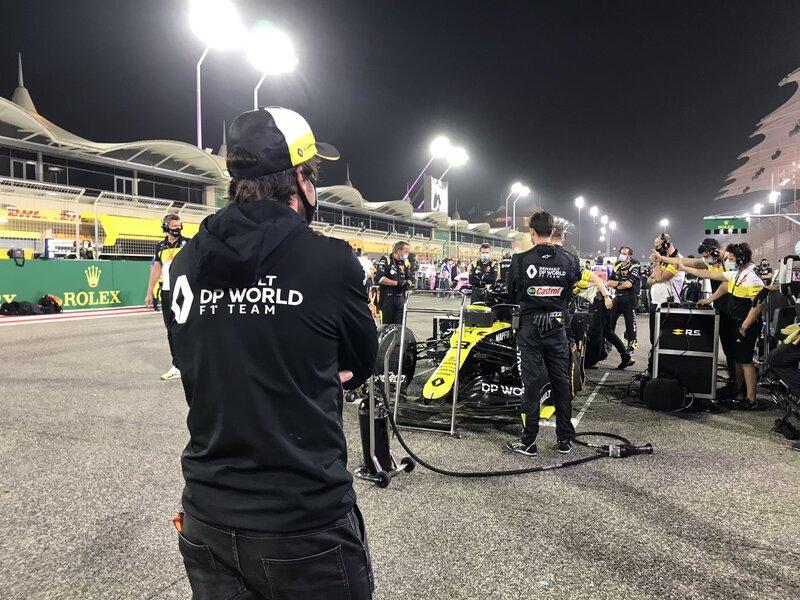 ¿Les suena esta figura familiar que está acompañando al equipo Renault este fin de semana? Sí, es Fernando Alonso, que sigue empapándose de la dinámica del equipo francés, con quien correrá en 2021. (@RenaultF1Team)
