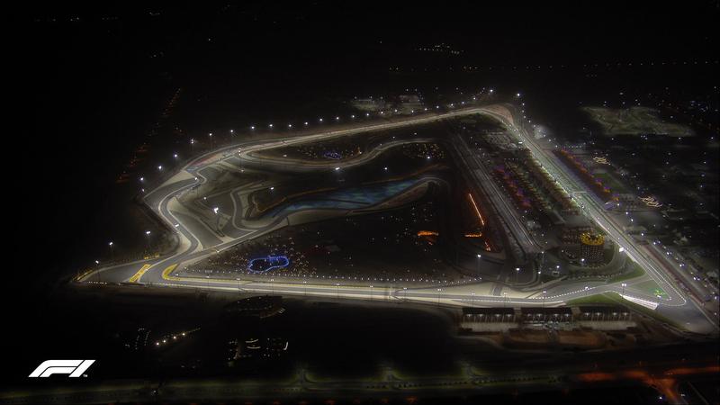 Así se ve desde el cielo el trazado exterior de Sakhir. Ya es negra noche en Bahréin, y toda la iluminación es artificial. Sin duda, un escenario espectacular.