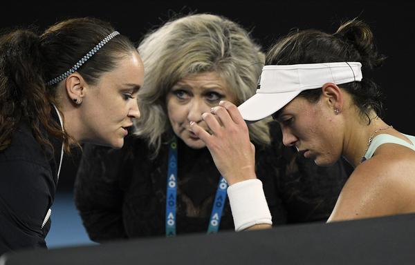 Garbiñe Muguruza habló con los servicios médicos tras perder el segundo set. No hubo tratamiento alguno FOTO: GETTY
