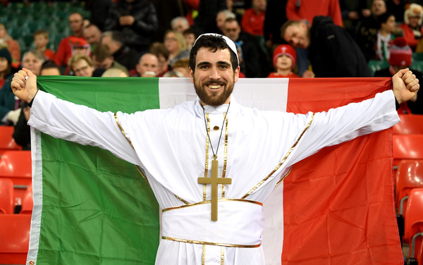 "Uno dei tanti tifosi italiani a Cardiff: ""The italian Pope?"" (Getty)"