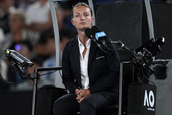 La griega Eva Asderaki-Moore, la primera mujer que arbitró una final masculina de Grand Slam, en el US Open, dirige la final Muguruza-Kenin FOTO: AP
