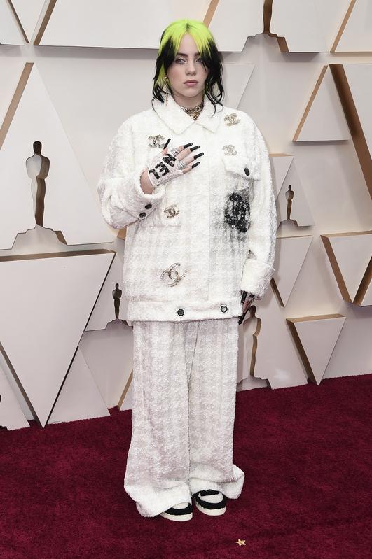 Billie Eilish en la alfombra roja de los Oscar 2020 (AP)