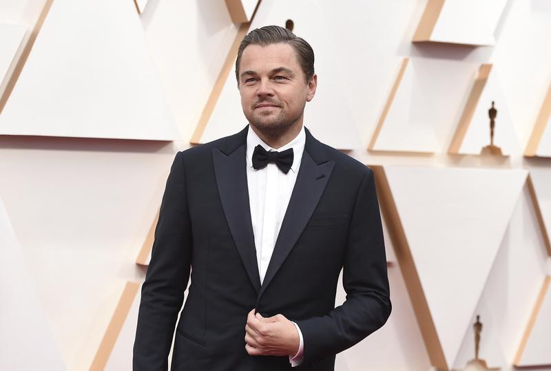 Di Caprio posa en la alfombra roja de los Oscar 2020 (Foto:AP)